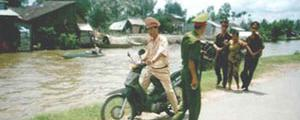 Kien Giang: Frau wird von Polizisten grob behandelt und gedemütigt