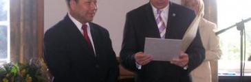 Nguyen van Ri erhält Verdienstmedaille
